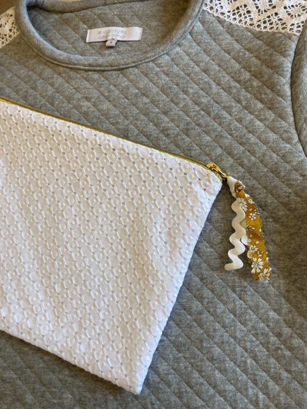 trousse broderie anglaise et or